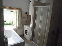 Koupelna s vanou, sprchou a pračkou - Starý Bozděchov
