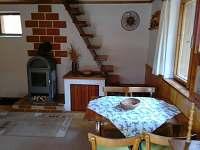 obývací pokoj s jídelním stolem - chata ubytování Holubov