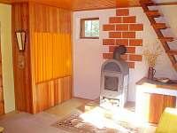 obývací pokoj s krbovými kamny - chata k pronájmu Holubov