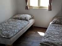 ložnice v přízemí - pronájem chalupy Roudná