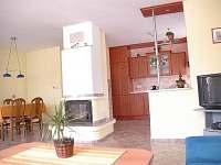 pohled s obývacího pokoje na kuchyni a jídelní kout