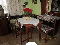 Nový stůl a rohoválavice - chata k pronájmu Krtov