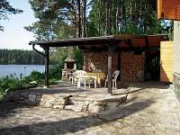 venkovní posezení u krbu/grilu - chata k pronájmu Cetoraz u Pacova