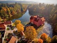 zámek Červená Lhota je jen 700 m od našeho penzionu - Pluhův Žďár - Jižná