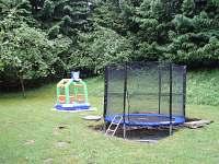 Zahrada s trampolínou a skákacím hradem
