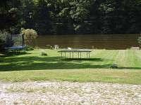 výhled na řeku z chaty