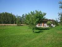 Pohled na chaty,rozlehlá zahrada