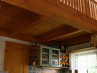 kuchyňský kout a pohled do otevřeného patra - chata k pronájmu Stráž nad Nežárkou