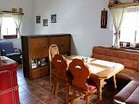 společenská místnost s krbovými kamny - chata k pronajmutí Stráž nad Nežárkou