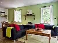 jídelna a obývák - chata k pronájmu Roudná