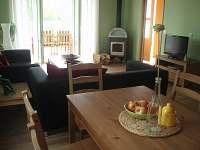 Jídelna + obývací pokoj - pronájem chaty Roudná