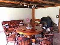 Obývací pokoj s kulatým stolem s otočnou částí