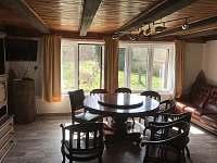 Obývací pokoj s prostorným otáčecím stolem