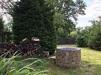 Pohled na studnu se zahradou