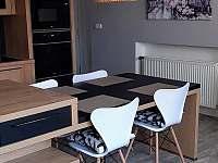 APART.100  jídelní stůl,část kuchyně - k pronájmu Jindřichův Hradec