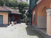 posezení ve dvoře - apartmán k pronajmutí Jindřichův Hradec