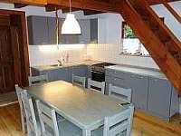 kuchyně a jídelní stůl - chata ubytování Kunžak