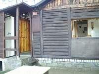 Vchod do chaty a sprchový kout