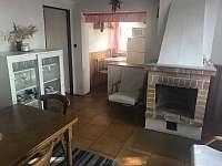 Obývací pokoj - krb - chata k pronajmutí Dehtáře