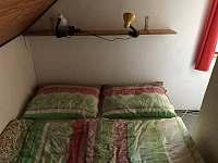 Velká ložnice - manželská postel - chata k pronájmu Dehtáře