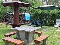 posezení za chatou - k pronájmu Horní Planá - Hůrka