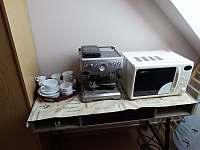 Kávovar u apartmánů 1,2 s mikrovlnkou - chalupa k pronájmu Sedlo u Číměře