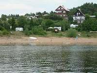 Pohled na chatu z jezera