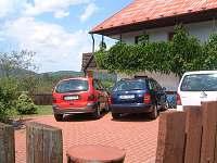 pohled na parkoviště u chaty