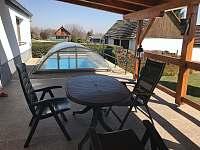 terasa s bazénem - chalupa ubytování Kondrač