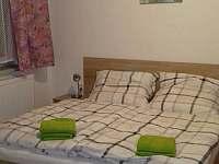 Manželská postel v ložnici ( 180x200 ) - apartmán k pronájmu Kájov - Kladné