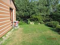 Prostor před chatou 2 - k pronájmu Zběšice