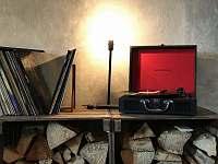 Gramofon se sbírkou alb, kterou chcete najít v létě v pronajatém domě. Stará Vožice