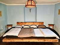 Modrá ložnice a unikátní postel pro čtyři, jakou jste ještě neviděli. - Stará Vožice