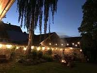 Večer na zahradě jako na soukromém festivalu. - chalupa ubytování Stará Vožice