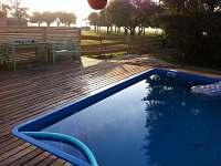 Bazén s terasou po ránu - východní pohled