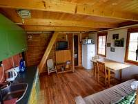 Kuchyně, vlevo vstup do koupelny a přístup do podkroví