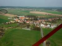 Letecký pohled na obec Veselíčko s vyznačenou samotou U Zárubů