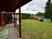 Pergola a bazén od vstupních dveří do chaty