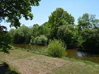 Pohled z pergoly na řeku - chata ubytování Planá nad Lužnicí