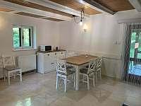 obývací pokoj - jídelna - chata k pronájmu Nahořany