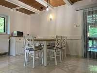 obývací pokoj - jídelna - chata k pronajmutí Nahořany