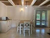 obývací pokoj - jídelna - chata ubytování Nahořany