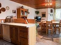 Kuchyň a společenská místnost - pronájem rekreačního domu Matějovec