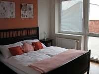 1. ložnice - manželská postel - vila k pronájmu Frymburk