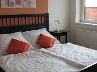 2. ložnice - manželská postel + dětská postýlka - vila k pronajmutí Frymburk