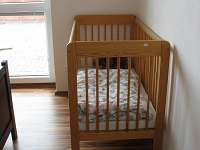 2. ložnice - manželská postel + dětská postýlka - vila ubytování Frymburk