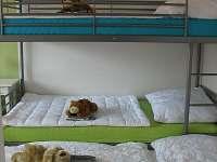 3. ložnice manželská postel + palanda se 3mi lůžky a dětská postýlka - vila k pronájmu Frymburk