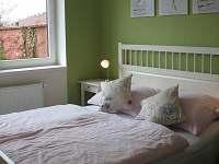 3. ložnice manželská postel + palanda se 3mi lůžky a dětská postýlka - vila ubytování Frymburk