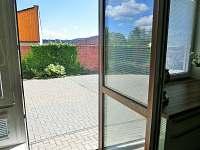 Výstup z obýváku na uzavřený dvůr - vila k pronajmutí Frymburk