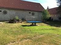Betonový stůl na stolní tenis - chalupa k pronajmutí Nítovice